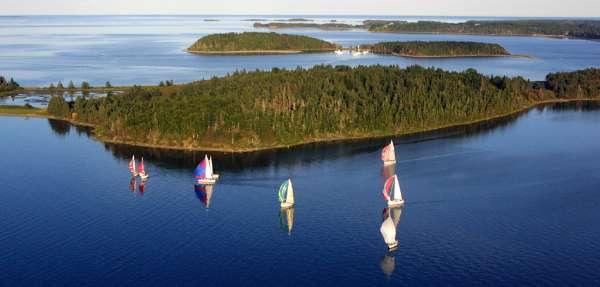 Sailing around the islands of Mahone Bay