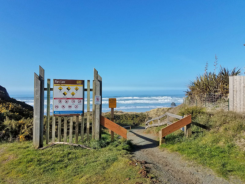 1 block to beach access path at end of Mars Lane - no stairs
