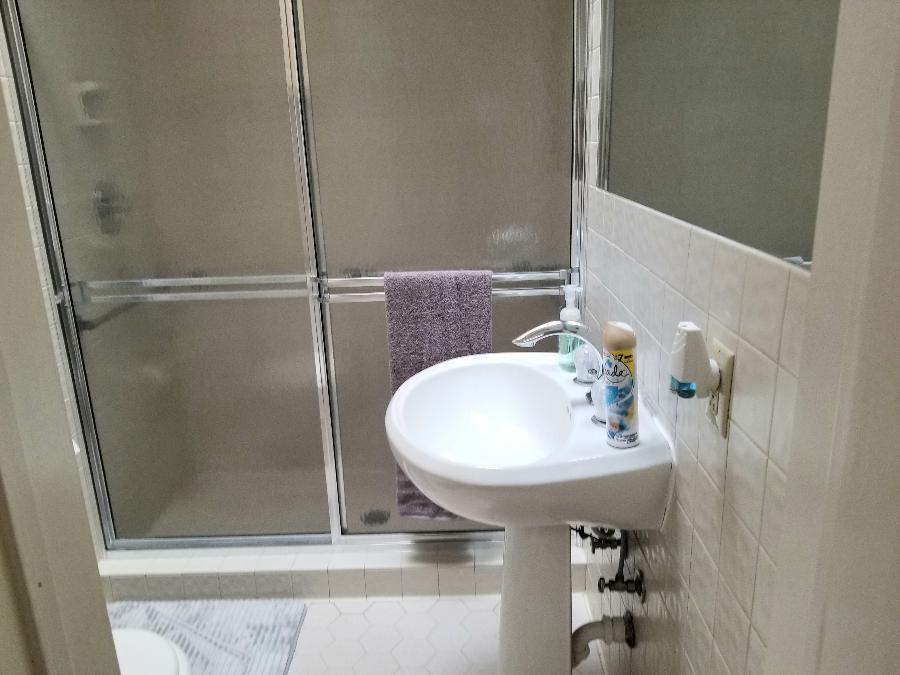 Full bath in front bedroom